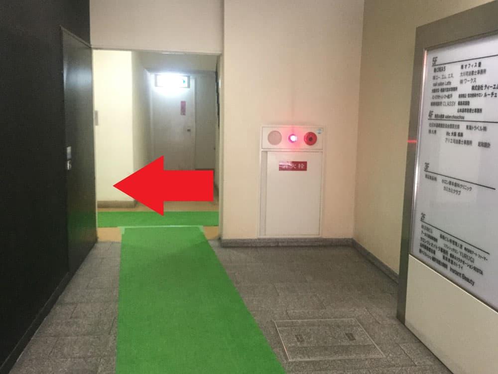 エレベーターで2階へ上がる